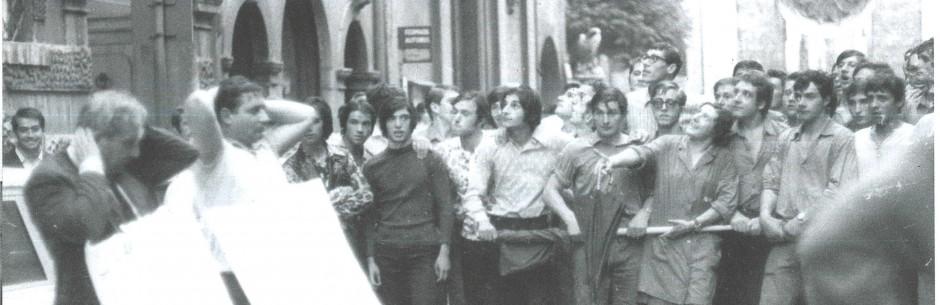 """La """"gogna"""" dei neofascisti della CISNAL condotti dal corteo operaio fino in città."""