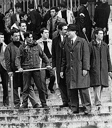 Almirante  (l'uomo col cappello) guida gli squadristi del MSI all'assalto di Giurisprudenza occupata nel 1968.