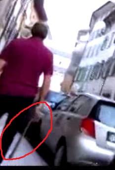 Agente della DIGOS con un bastone mentre coordina l'inseguimento dei manifestanti in via Cavour.