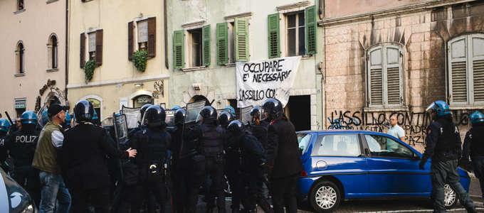 Celere e carabinieri in Santa Maria dopo la seconda occupazione.