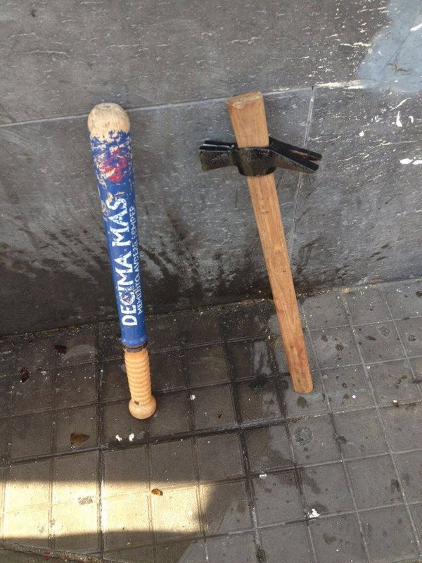 """Le armi adoperate dai fascisti (notare la scritta sulla mazza, inneggiante alla """"Decima Mas"""", formazione antipartigiana della RSI)"""